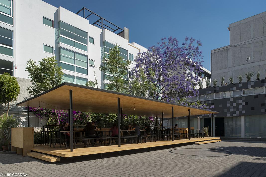 EL pabellón se vuelve una plataforma de conexión entre los dos edificios de oficinas existentes, generando una pausa espacial