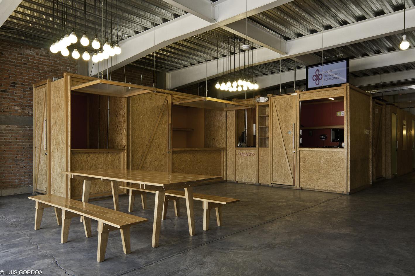 Los servicios básicos de los centros se insertan a contenedores prefabricados cuya estética y funcionalidad se basan en la lógica de los stands de comida que se encuentran en los alrededores de los centros.