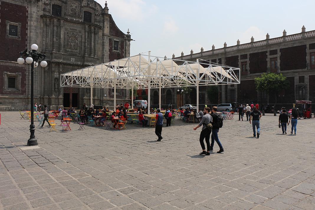 La Plaza Santa Catarina se invade con una estructura efímera y ligera que ofrece una proyección de sombra en medio del piso volcánico.