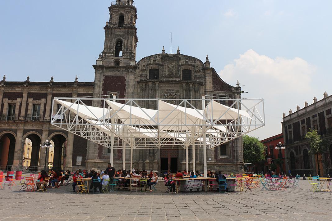 La estructura se pinta de blanco para generar un contraste respetuoso a la saturación de texturas de la plaza.