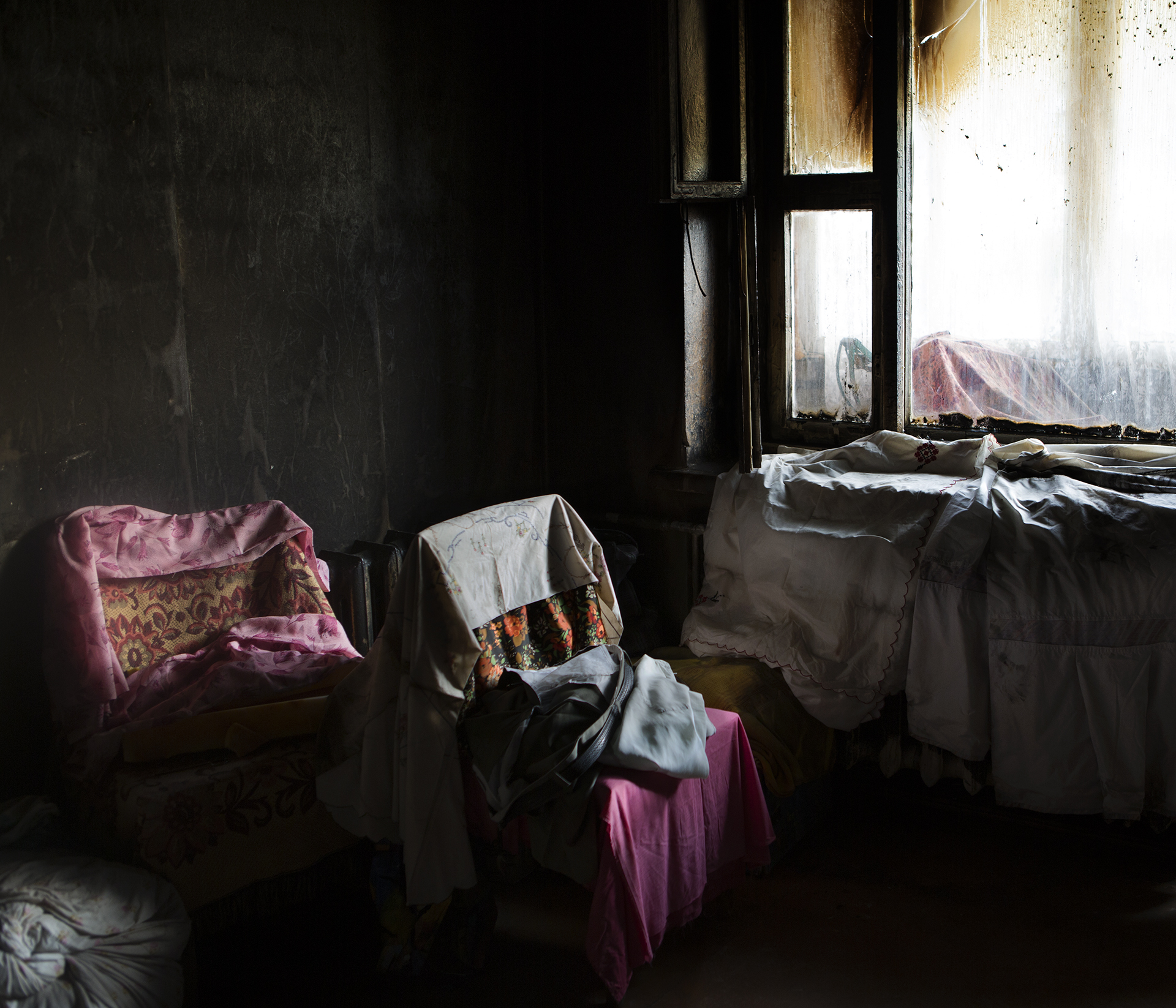 jadwiga bronte.old red.belarus.misk.soviet union.window.pink.jpg