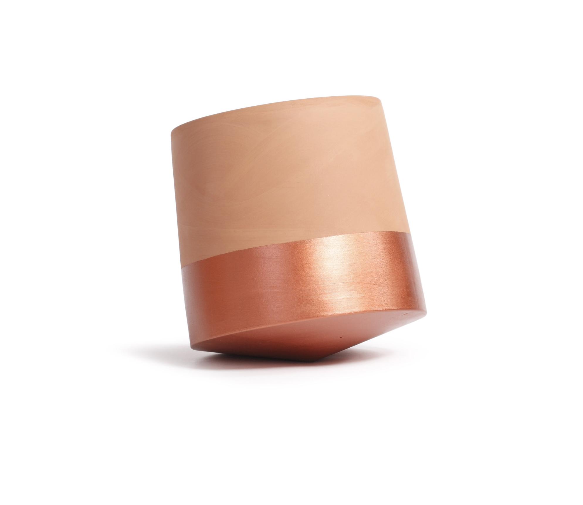 Vannbehandlet håndlaget terracotta med kobbermalt base.