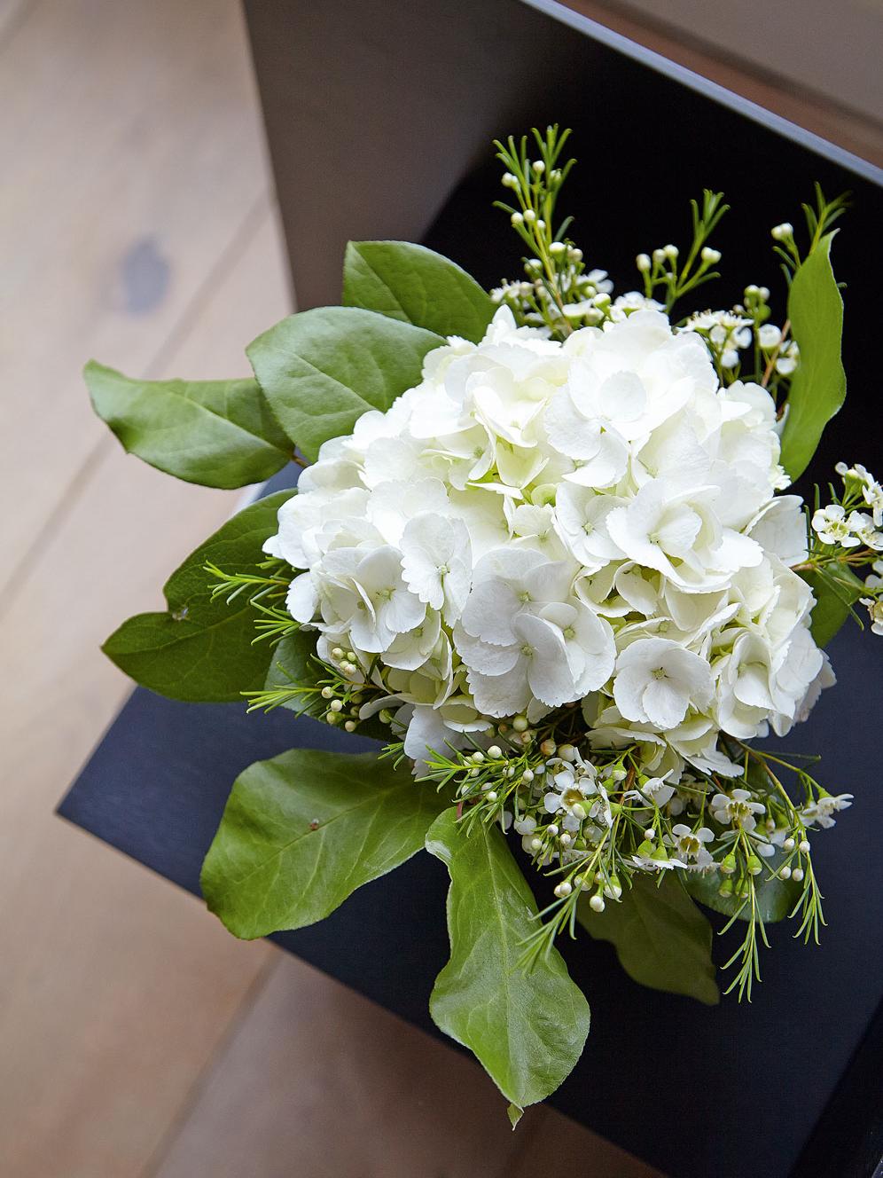 Hvitt og grønt på sortlakkert Judd nattbord eller sidebord.