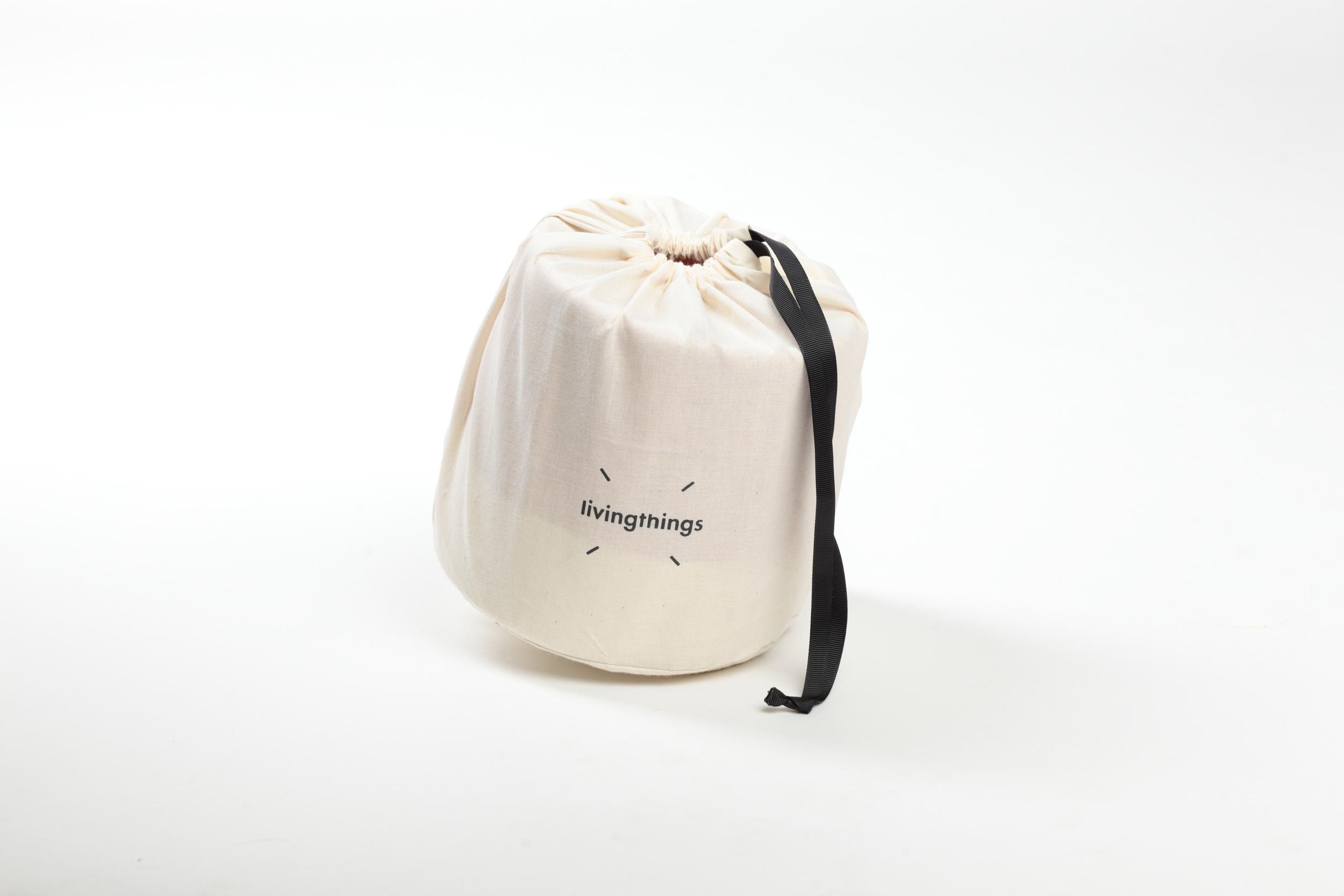Alle krukkene kommer i en egen stoffpose som gjør den enkel å ta med seg - og veldig fine vennegaver. Bare stikk innom matbutikken på vei til fest og putt en urteplante eller en pose sjokolade oppi!