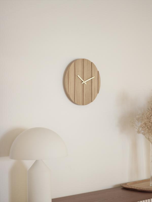 Parallels heter klokken som kaster skygge på veggen etterhvert som solen beveger seg rundt rommet. Kommer nå i nye finisher - blant annet eik og valnøtt. veil. nok 1390,-