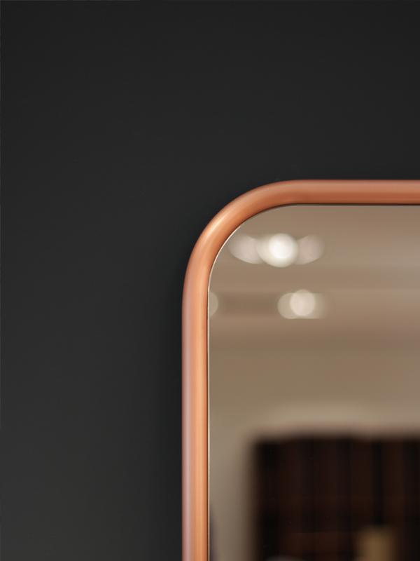 De populære speilene kommer i tillegg til standard svart og hvit lakk - i både messing og kobberrammer. Formene er de samme som vi kjenner fra før, men med de nye supermatte metalliske rammene er det likevel et helt nytt uttrykk fra den Valencia-baserte designtrioen i Omelette-ed.