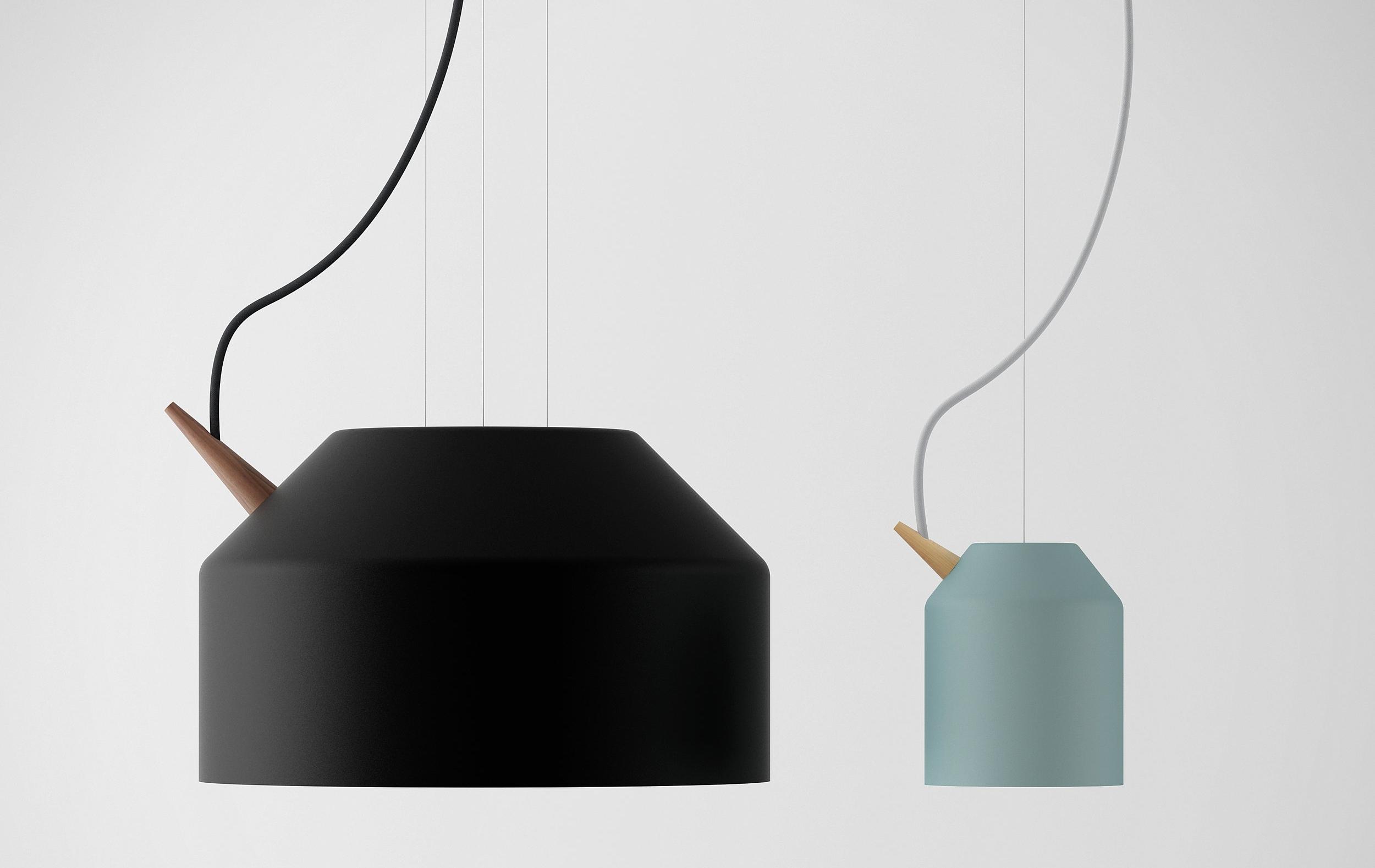 Stor og liten. Begge lampene har et eget oppheng som gjør at ledningen skaper en følelse av at lampen svever i luften.