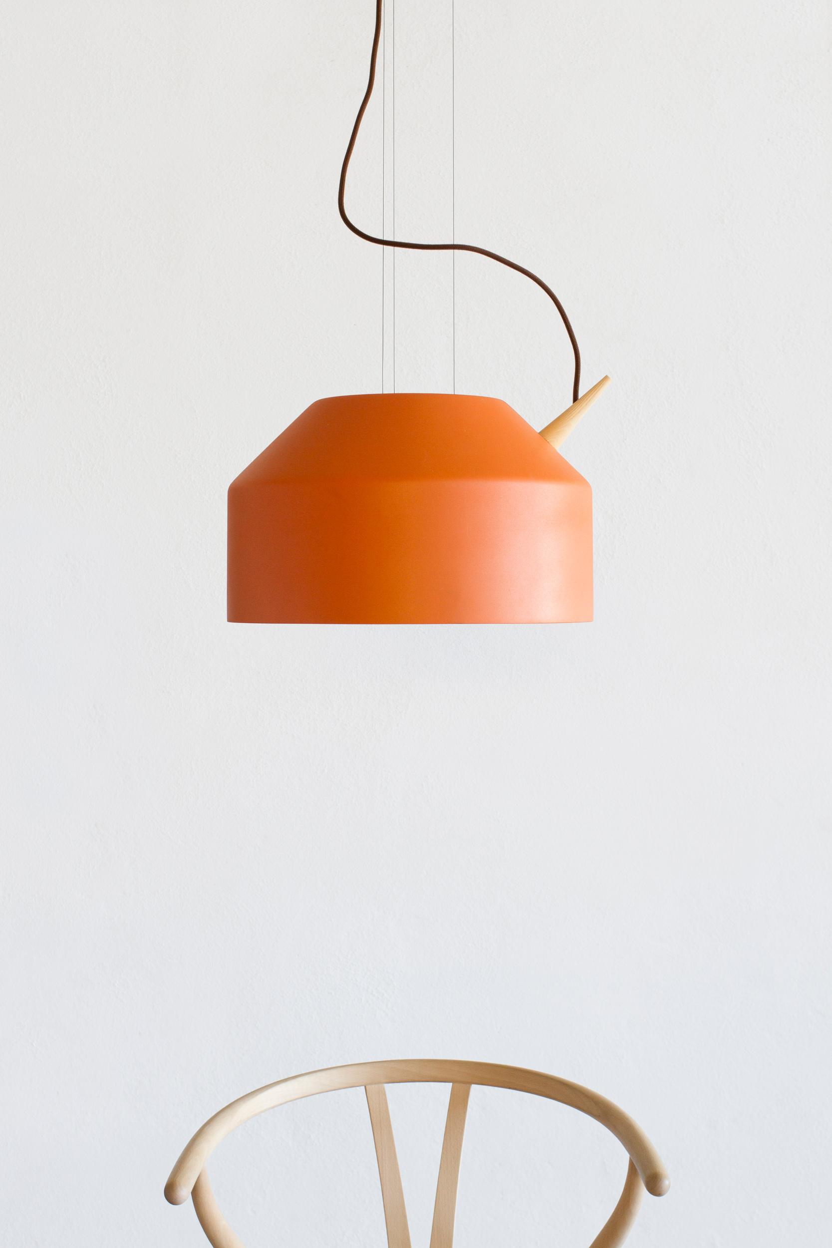 Reeno large i dyp oransje med eik detaljer.