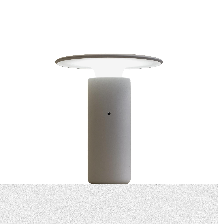 Som en sopp! Lampen koster 2800,- og fås i fire forskjellige farger.