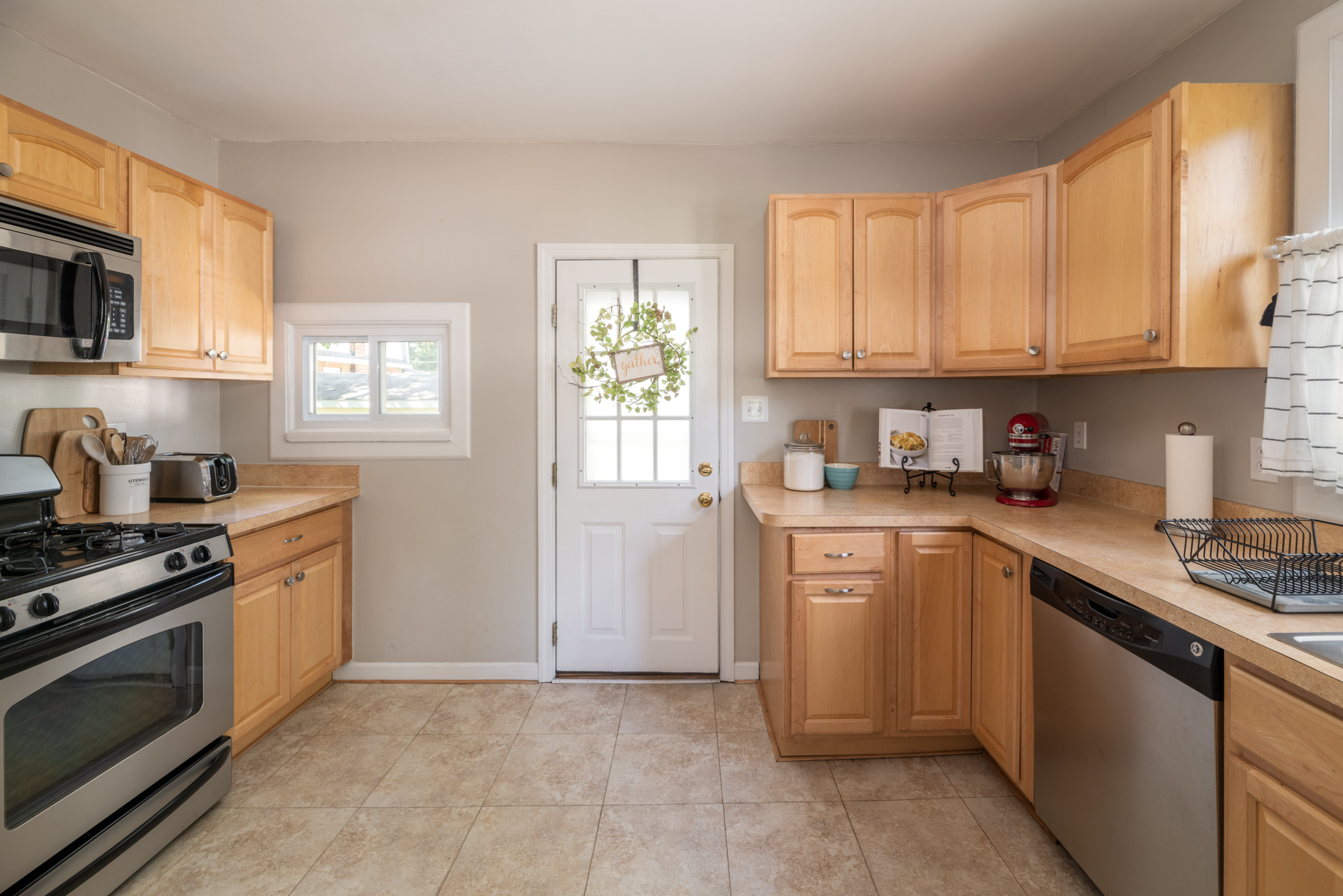 7LakeshoreDr_Kitchen_1.jpg