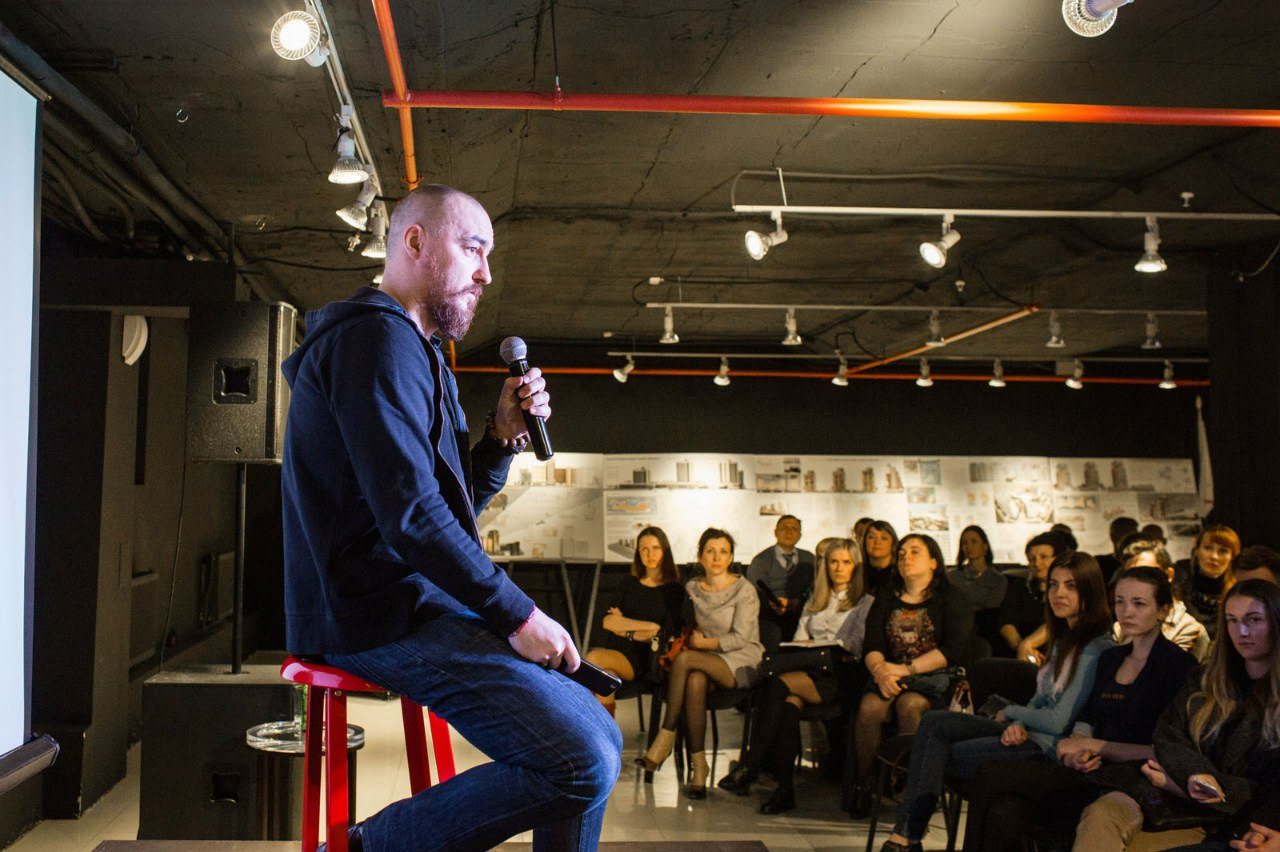 Свои вопросы Сергею все начинали со слов благодарности за только что показанный фильм. «Круто», «феерично», «супер» — искренне говорили собравшиеся.