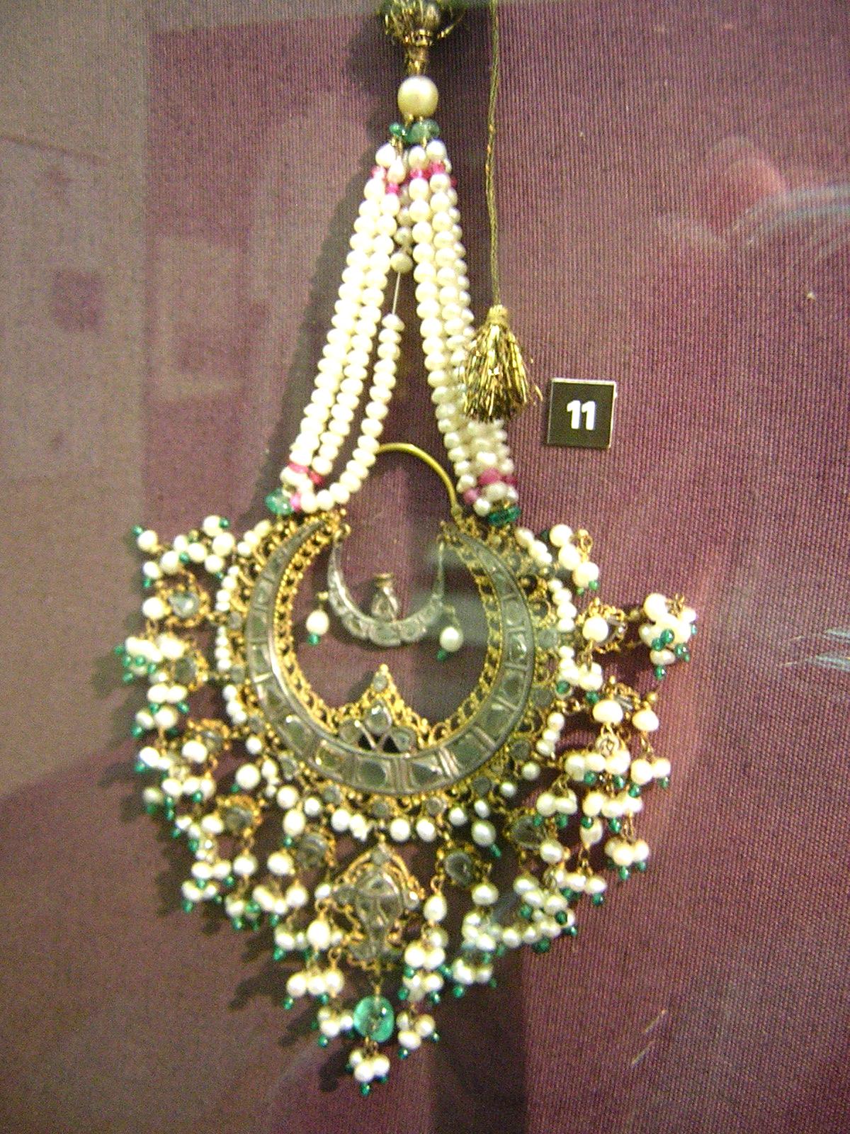 V&A large pearl earring (1).jpg
