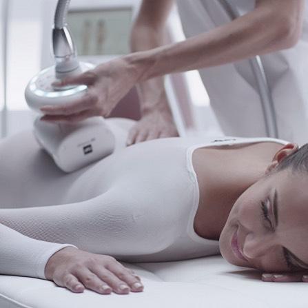 Die LPG Endermologie® (auch Lipomassage genannt) ist eine Körperbehandlung zur gezielten Verminderung der Cellulite. Die Behandlung aktiviert die Blut- und Lymphzirkulation, dadurch wird die Durchblutung gefördert, der Lymphfluss angeregt und die Bildung von Kollagen und Elastin wird aktiviert. Zudem lockert es das Fettgewebe und stimuliert durch die mechanische Wirkung (motorisierte Knet-Roll-Saug-Massage) den natürlichen Fettabbau. Die LPG Methode strafft die Haut und verleiht ihr neue Spannkraft, Elastizität und ein glatteres Aussehen. #lpgendermologie #endermologie #kosmetikstudio #kosmetik #beauty #vanity #vanitytheartofbeauty #vanityzuerich #zurich #switzerland