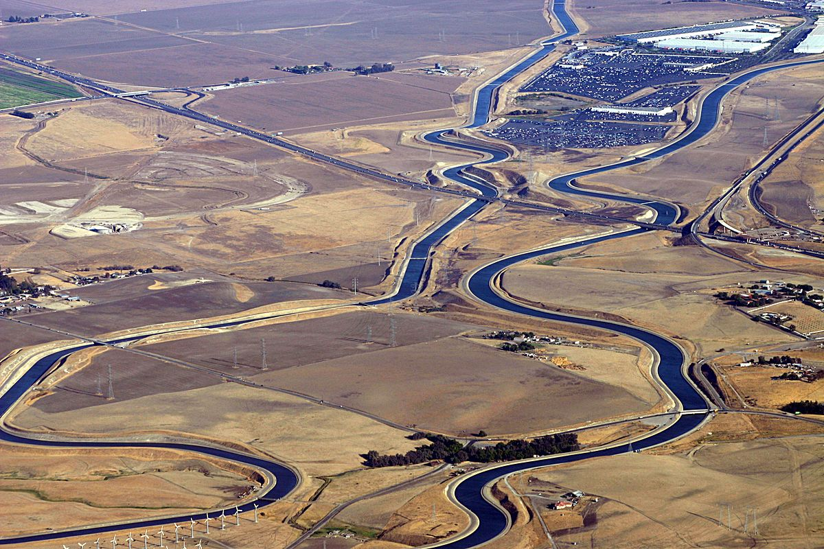 The California Aqueduct at the Interstate 205 crossing, just east of Interstate 580 junction (By  Ikluft   CC 3.0 ,  Source )
