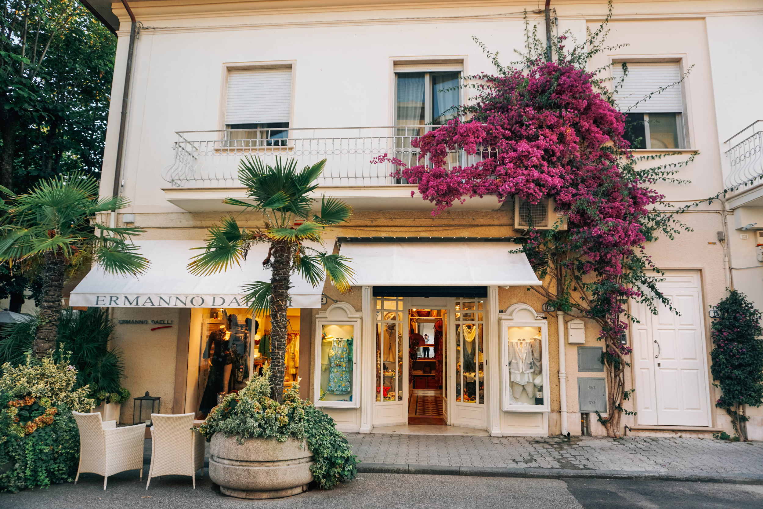 Shopping in Forte dei Marmi. Incredible Ermanno store covered in flowers.