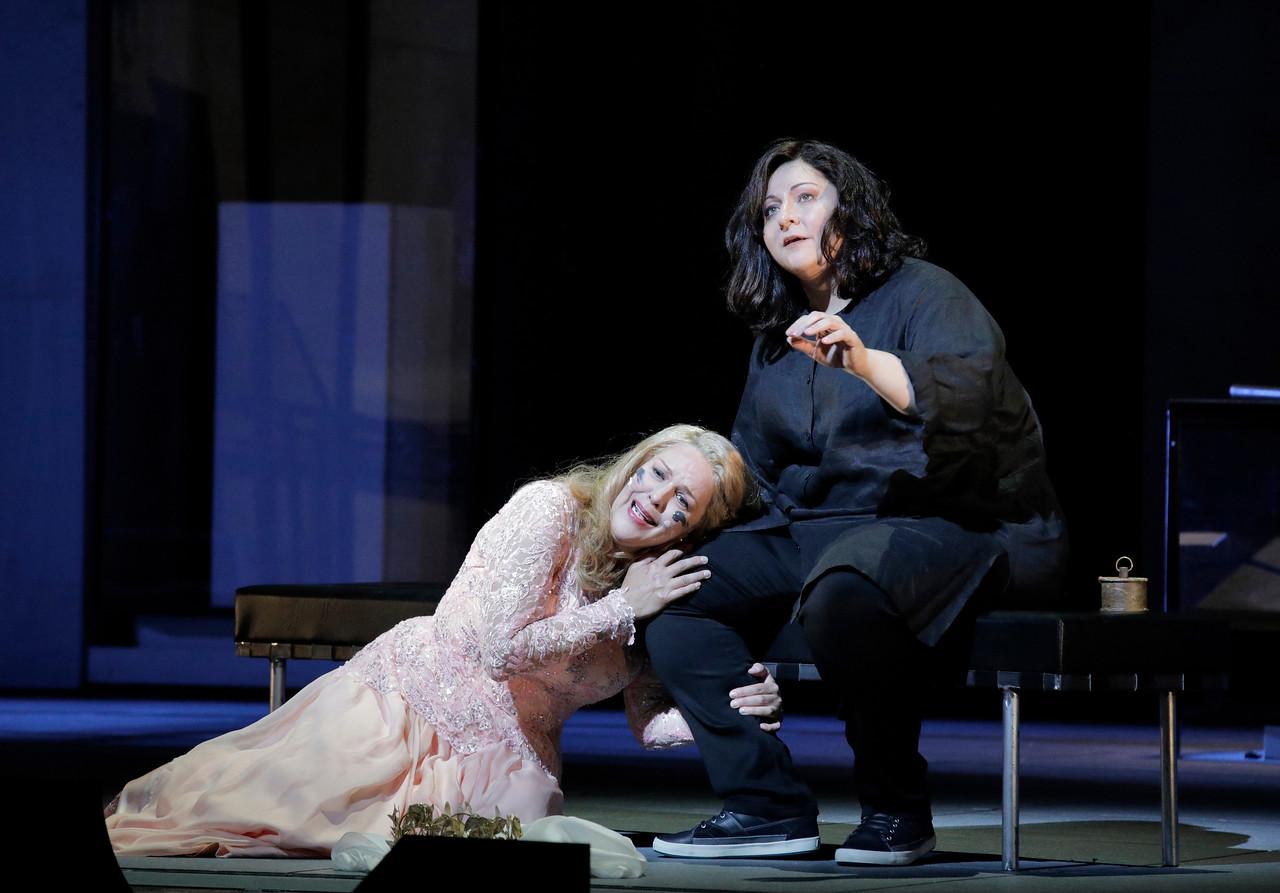 Adrianne Pieczonka as Chrysothemis, Christine Goerke as Elektra