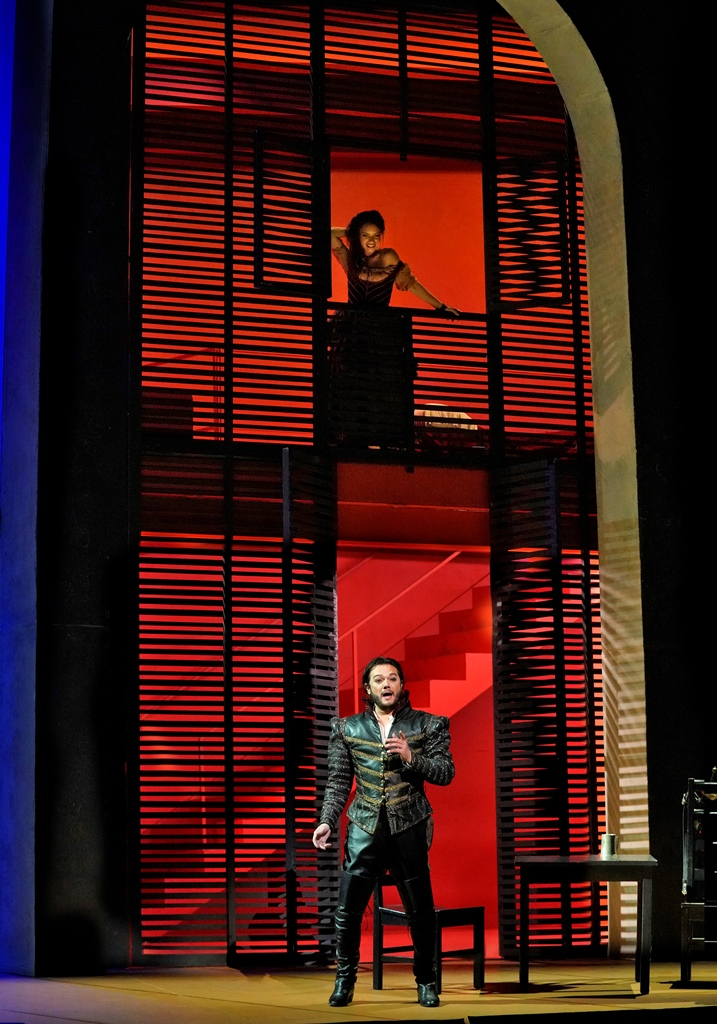 """La donna e' mobile"": Ginger Costa-Jackson as Maddalena, Arturo Chacón-Cruz as Duke of Mantua"