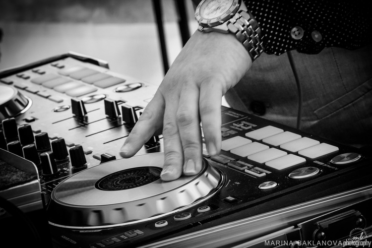seven steps to picking a dj -