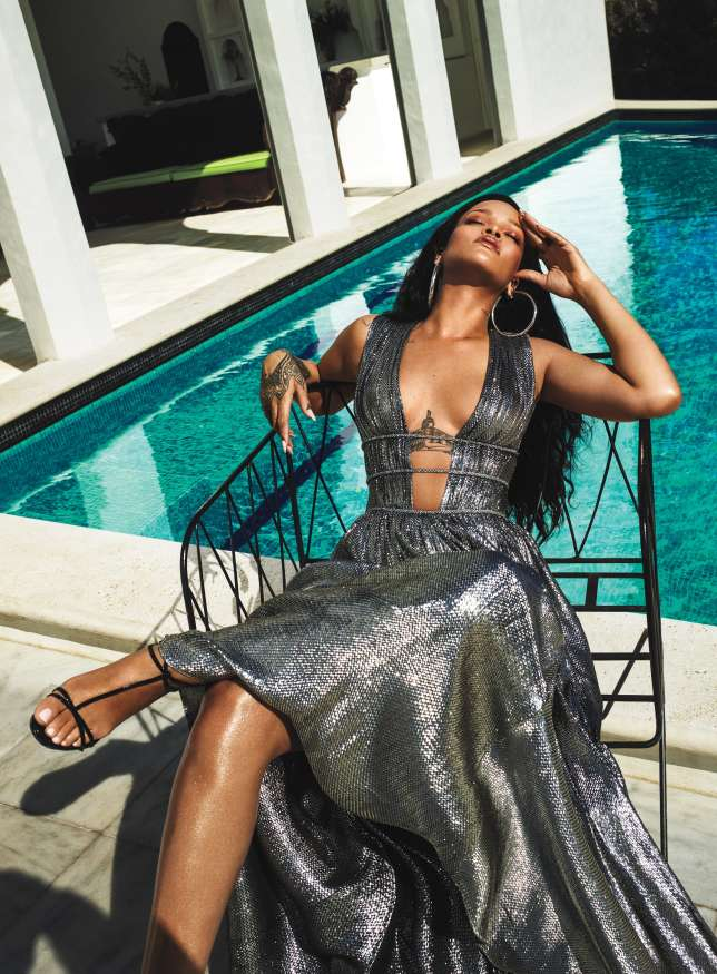 Rihanna-reclines-by-the-pool-in-her-US-Vogue-editorial.jpg