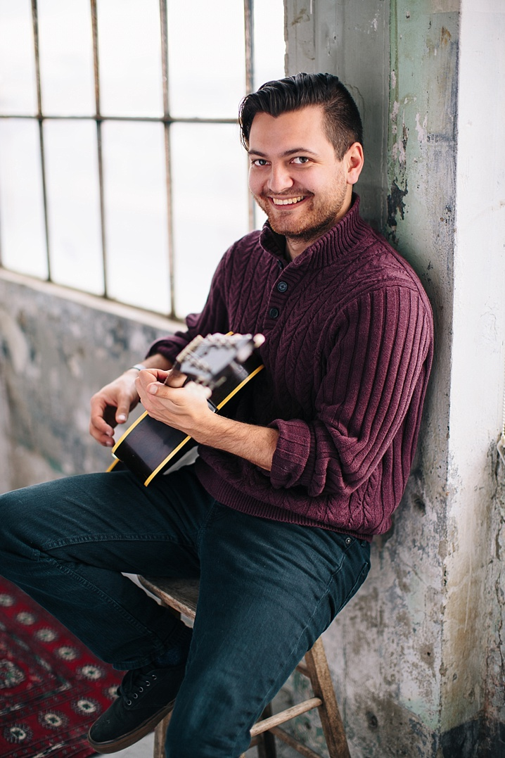 Portrait of Luis Salcedo playing the guitar.