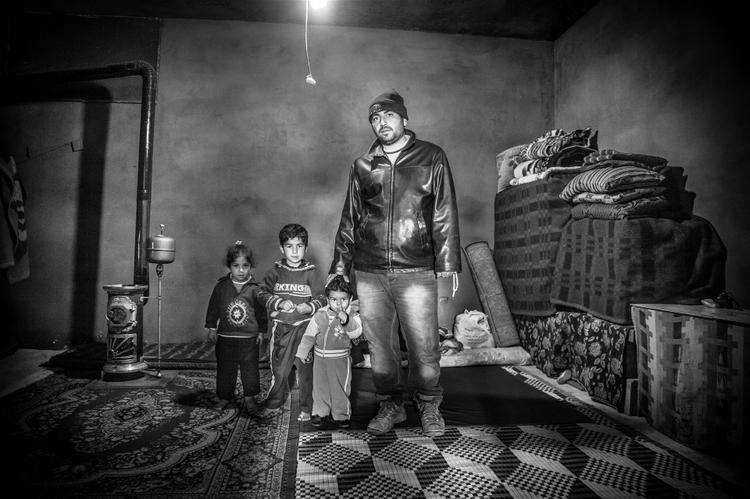 كانت هذه الأسرة السورية اللاجئة على وشك الطرد من هذه الغرفة الصغيرة والباردة في قرية المرج في سهل البقاع اللبناني لأنها غير قادرة على تحمل تكاليف الإيجار © كريستينا ملكون/إيرين