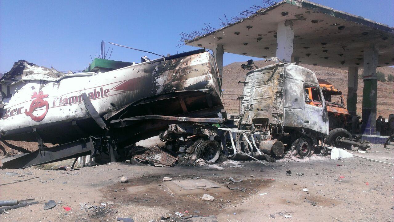 La carcasse incendiée d'un camion-citerne détruit par une frappe aérienne