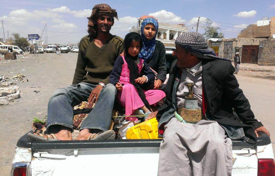Les familles yéménites fuient la capitale, Sanaa, avec quelques biens