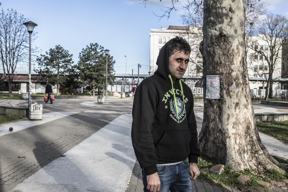 طالب لجوء أفغاني وصل مؤخراً من مقدونيا ينتظر في الحديقة بالقرب من محطة حافلات بلغراد حيث سيستقل حافلة إلى سوبوتيتسا