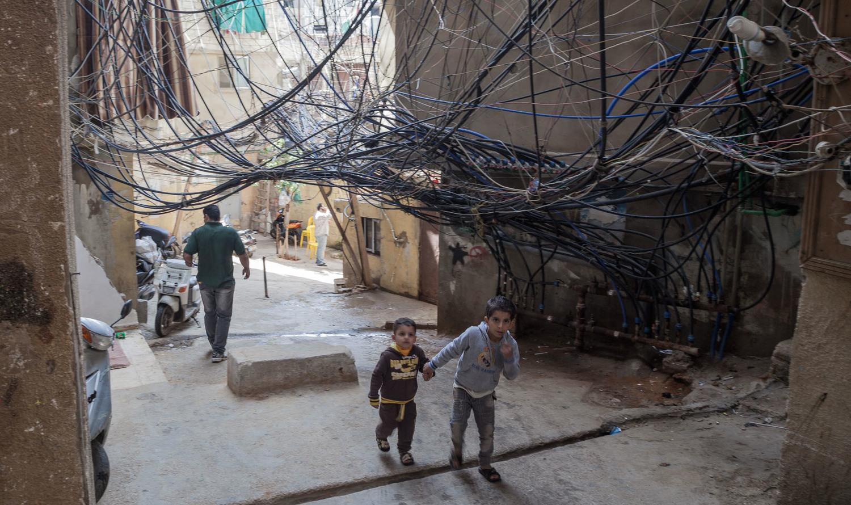 """طفلان يسيران تحت """"جدار الموت"""""""