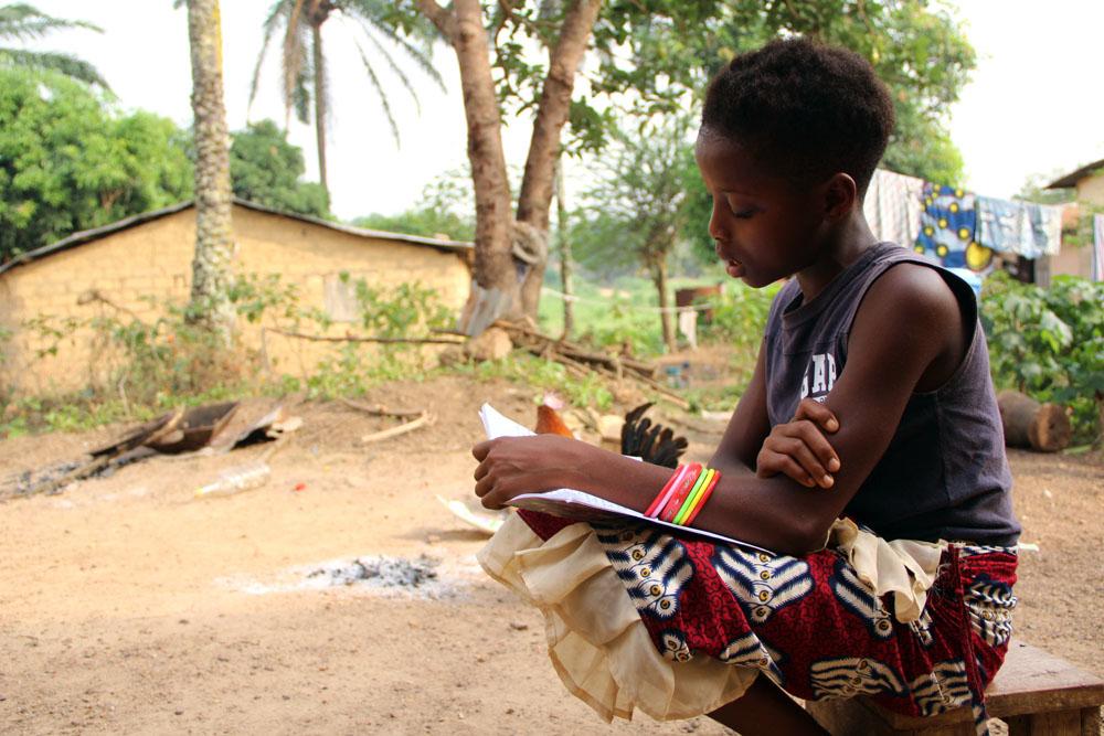 Rosaline lit ses cours de biologie ; plus tard, elle espère entrer à l'école de médecine.