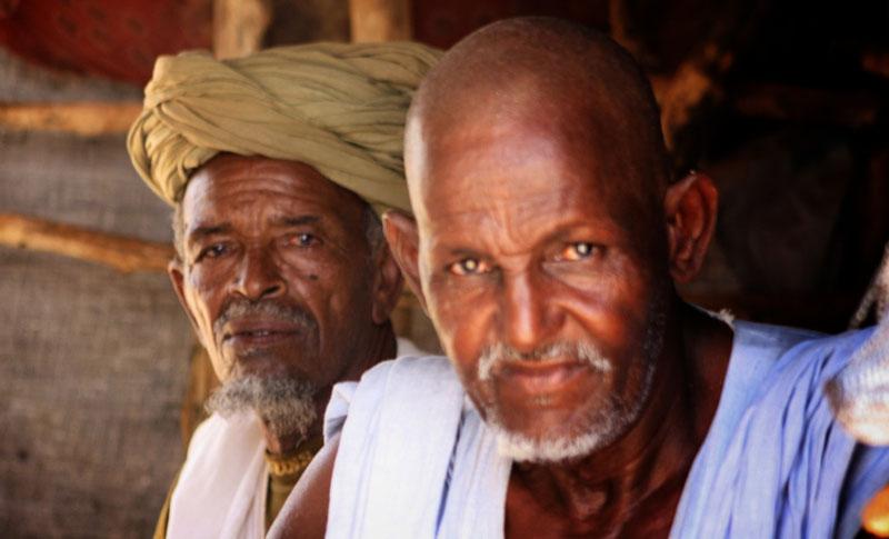 L'érudit religieux Moulaye Ely Ould Zein derrière son frère Ahmed