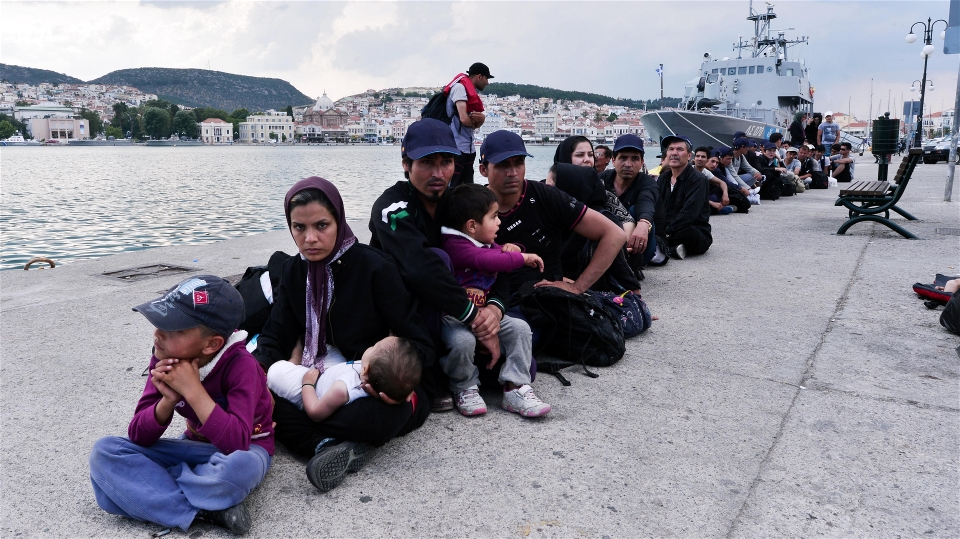 Migrants and asylum seekers queue up at Mytilene Port on Lesvos waiting for police clearance (Louisa Gouliamaki/IRIN)