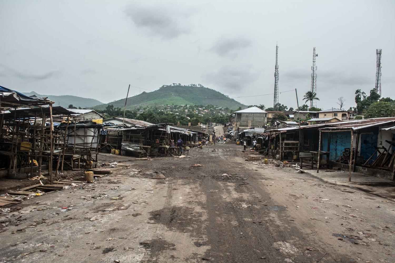 قبل الإيبولا، كانت السوق في واترلو مركزاً مزدهراً للتجارة. ولكن منذ وضع القيود على ساعات العمل كوسيلة لإبطاء انتشار فيروس الإيبولا، لم يعد يعمل السوق بكامل طاقته.