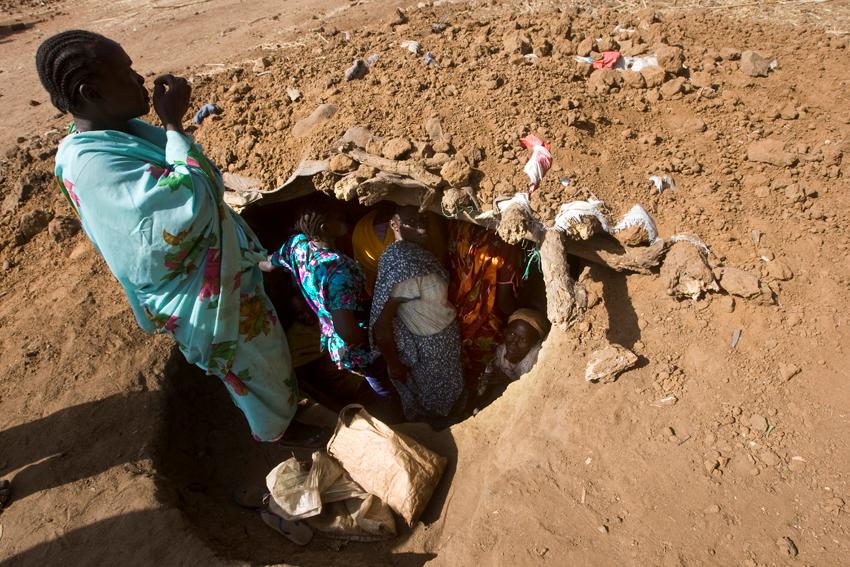 مجموعة من النساء داخل حفرة بعد غارة جوية