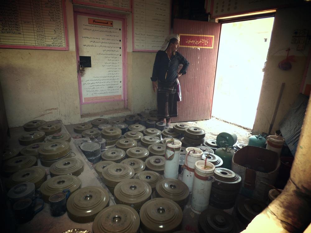 إحدى غرف التخزين في عدن حيث جمعت فرق إزالة الألغام أكثر من ألف لغم سوفيتي وأمريكي ومحلي الصنع. ومن المقرر تدمير هذا المخزون بواسطة تفجير     يتم         التحكم به