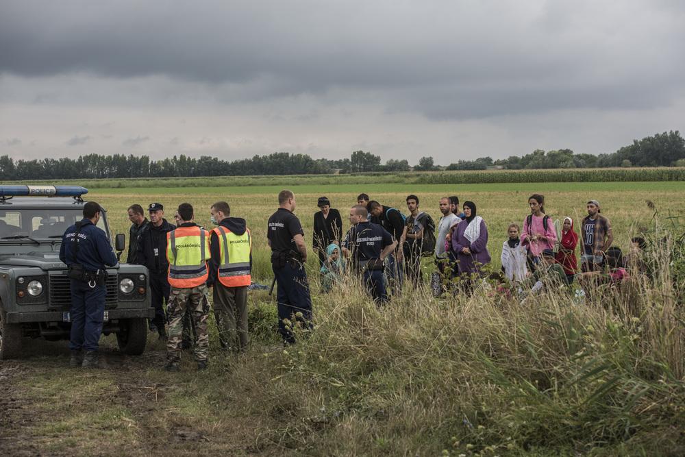 من بين المجموعة المشاركة في مواجهة مع مسؤولي الحدود، يوجد سبع أخوات تتراوح أعمارهن بين 6 و 24 عاماً كُنّ قد سافرن من دمشق مع والديه