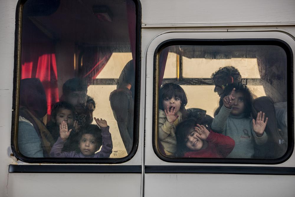 الحافلة تغادر إلى سيغيد. وتقول السلطات إنها تحاول إبقاء الأُسر معاً