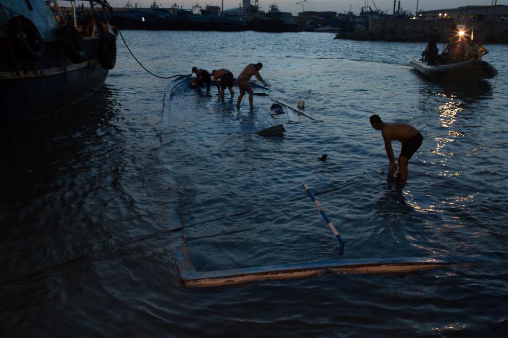 أثناء قطر القارب إلى الميناء، بدأت المهمة الكئيبة وهي إزالة الجثث العالقة