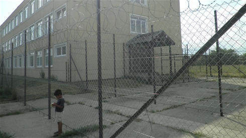 Razor wire surrounds the Debrecen centre for asylum seekers in Hungary (IRIN)
