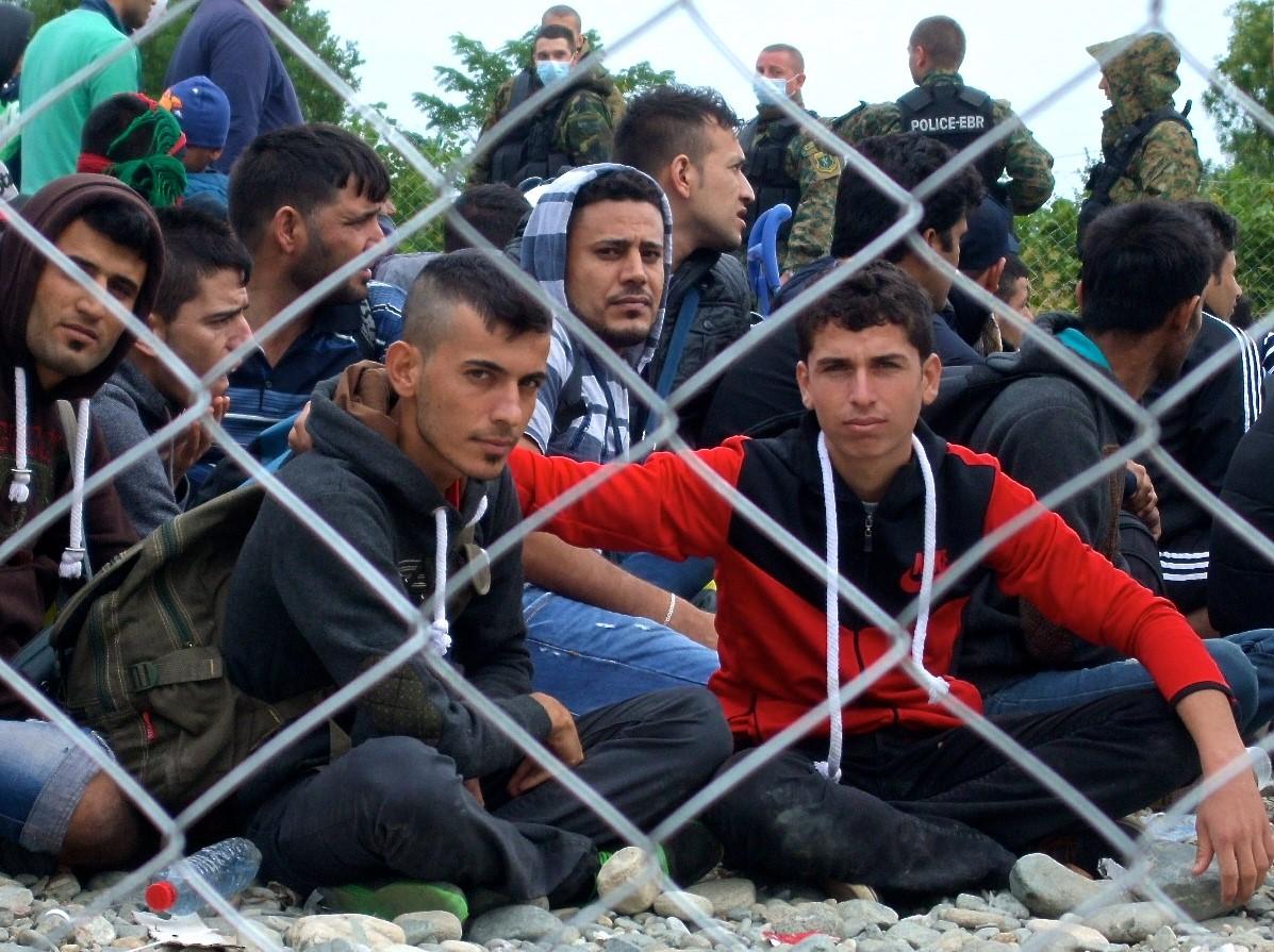 شبان سوريون ينتظرون القطار التالي في المخيم المؤقت