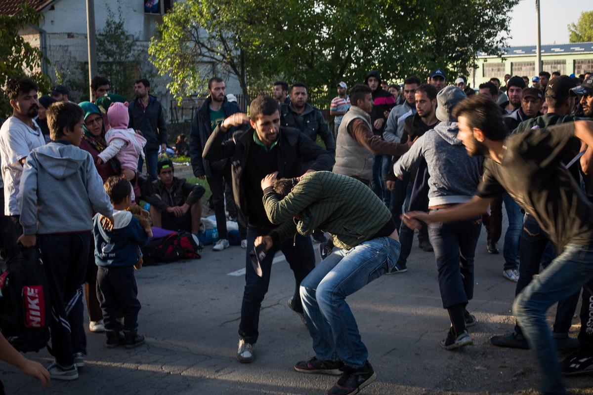 Une bagarre éclate, car un homme est suspecté d'être passé devant les personnes qui faisaient la queue pour monter dans les cars à Tovarnik.