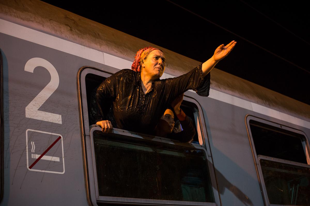 Une femme essaye de convaincre les officiers de police de permettre à son mari de monter dans le train avec elle, mais les portes sont déjà fermées. Les familles sont souvent séparées dans la cohue des personnes qui essayent de monter dans les trains.