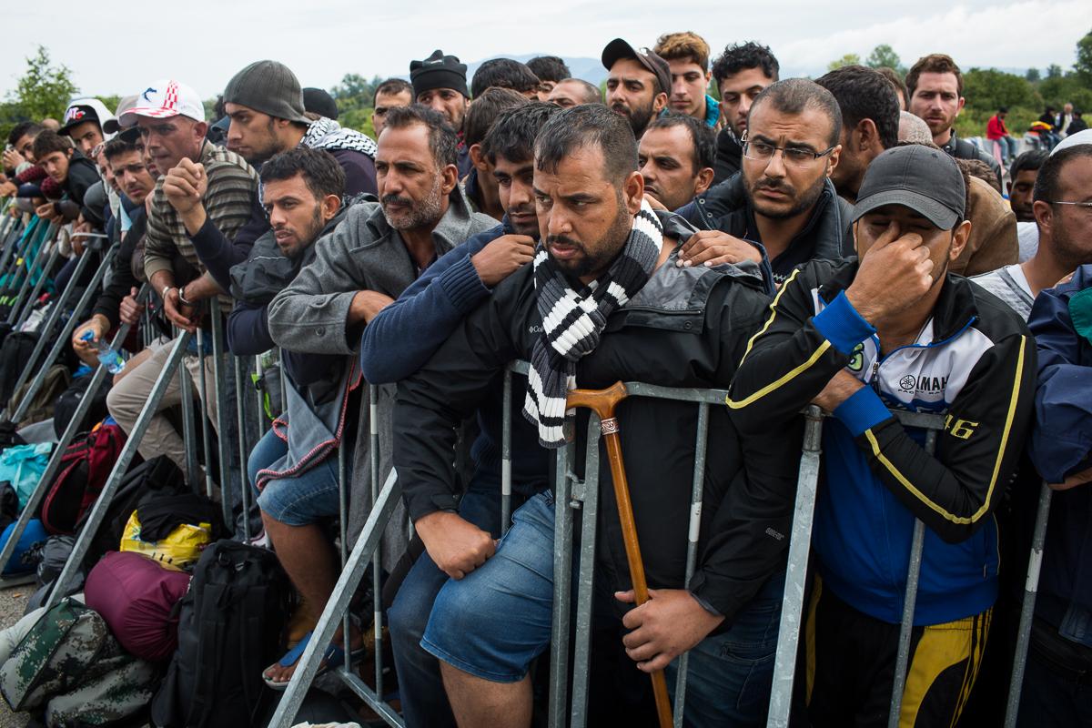 Les réfugiés qui ont réussi à rejoindre la frontière croate doivent encore attendre avant de monter dans un car qui les conduira en Slovénie. Les cars partent toutes les deux heures avec seulement une cinquantaine de passagers à leur bord.