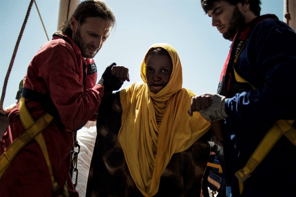 A pregnant Somali woman is helped onto an MSF boat after being rescued at sea on 23 August (Alessio Romenzi/IRIN)