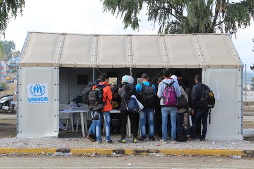 سوريون يحصلون على أوراق تسجيلهم من السلطات اليونانية في مخيم كارا تيبي. الطوابير هنا هادئة وتُدار بشكل جيد (دانيال إلكان/إيرين)