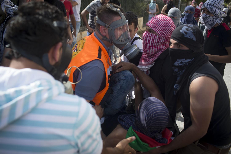 مستجيب أول من جمعية الإغاثة الطبية الفلسطينية-منظمة منفصلة عن جمعية الهلال الأحمر الفلسطيني-يقوم بتضميد الجرحى خلال اشتباكات وقعت في بيت لحم. وقد أدت الاشتباكات مع الجيش الإسرائيلي في الضفة الغربية إلى إصابة العديد من الأشخاص بالرصاص المطاطي والغاز المسيل للدموع.