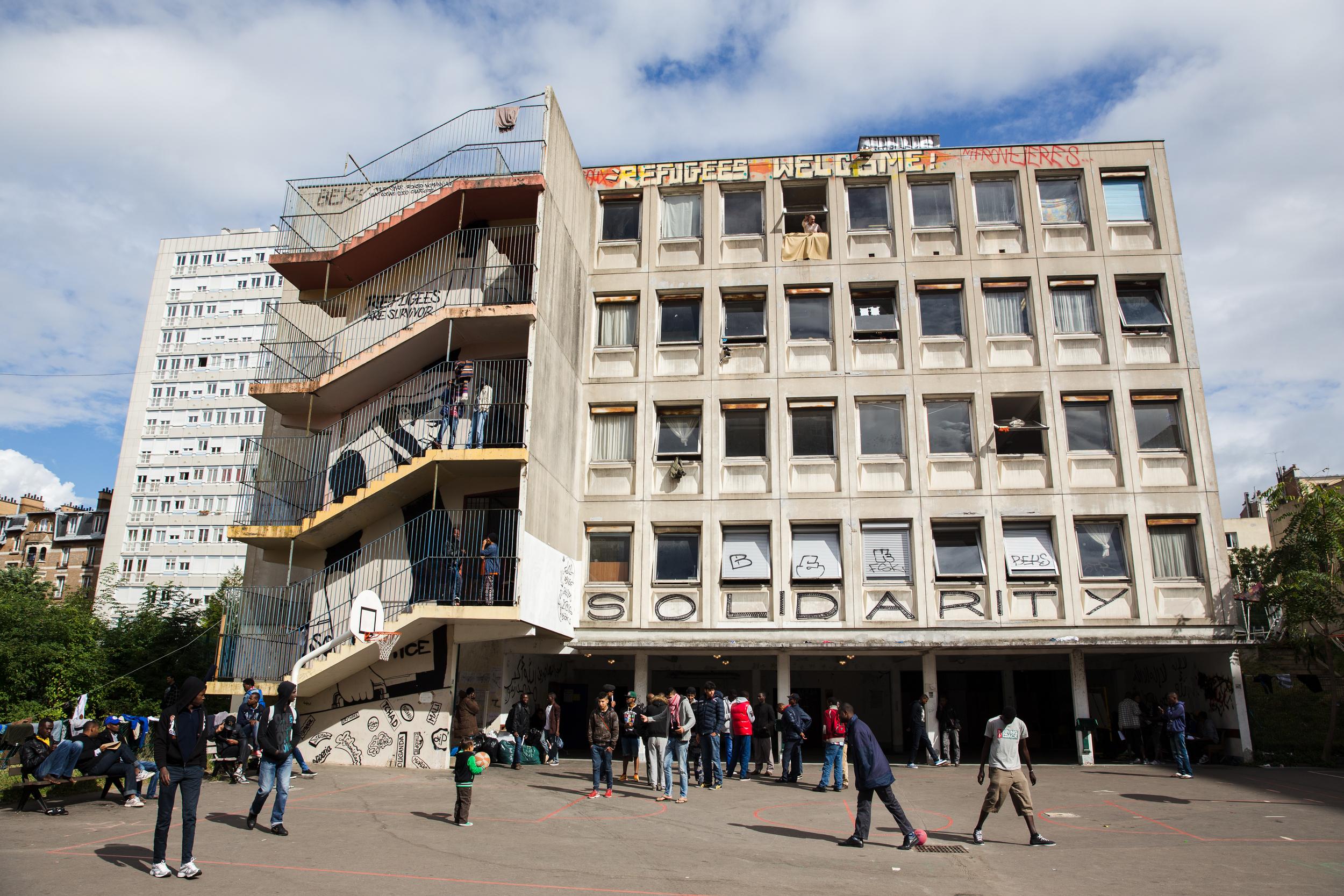 بدأ طالبو اللجوءفي البدايةيأتون إلى هذه المدرسة الفندقية المهجورة في باريس