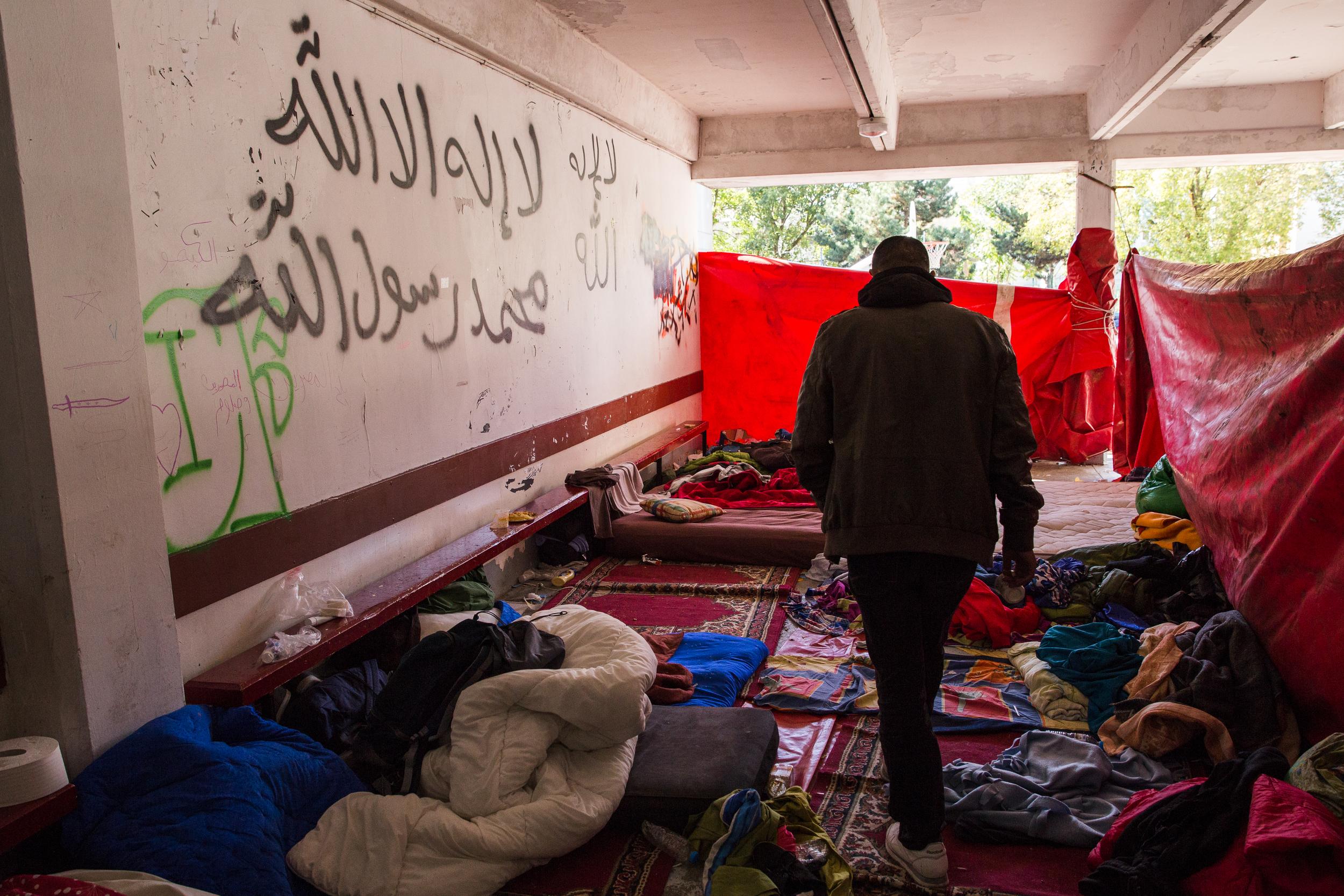 تم إنشاء أماكن مؤقتة للنوم في الداخل والخارج بسبب وجود عدد كبير من الناس هنا