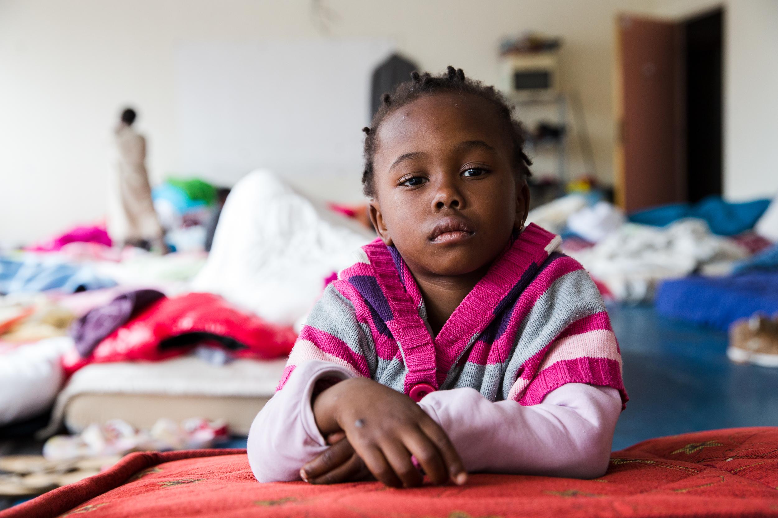 لا يوجد أطفال كثيرون هنا. تمنح سلطات المدينة الأولوية للنساء والأطفال عند تسكين الناس