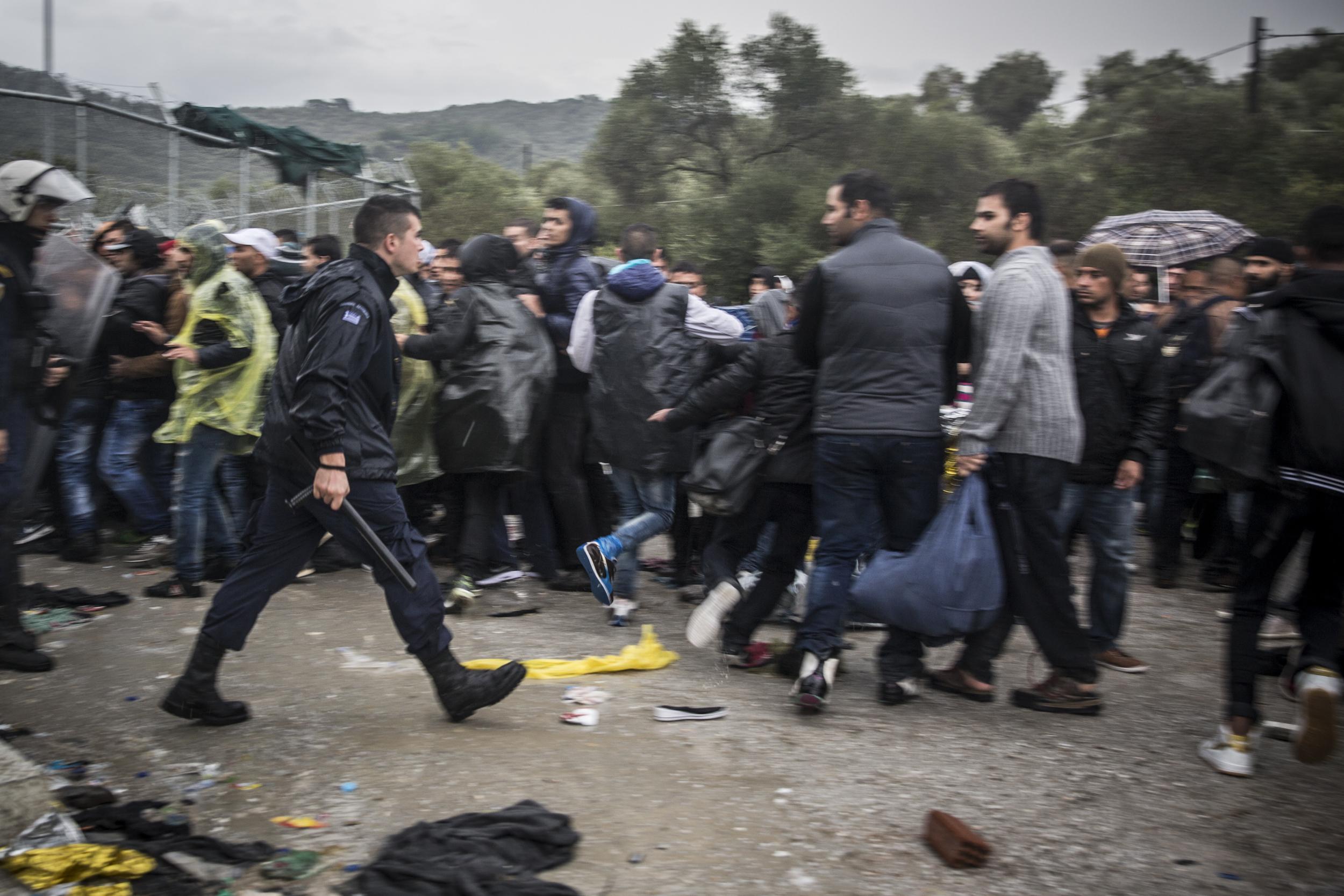 La police anti-émeute a recours à des tactiques violentes pour contrôler la foule de réfugiés attendant de pénétrer dans Moria